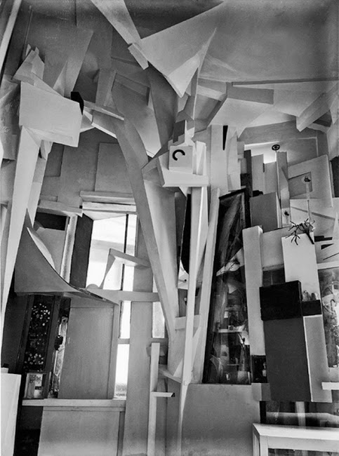"""クルト・シュヴィッタース、ハノーファー・メルツバウ、ヴィルヘルム・レーデマン撮影、1933年(図版出典:Karin Orchard, """"Kurt Schwitters: Reconstructions of the Merzbau,"""" Tate Papers, no.8, Autumn 2007, accessed 14 December 2016.)"""
