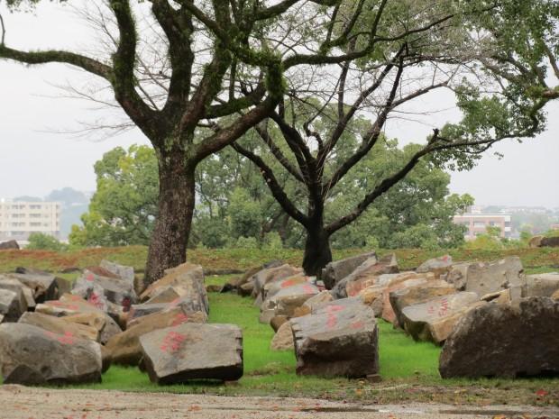 修復を待つ石垣の石(熊本城/2016年11月/著者撮影)