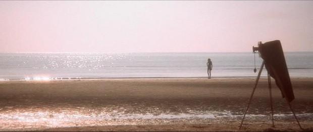 【図5】 映画『ヴェニスに死す』より、海に向かうタジオと三脚